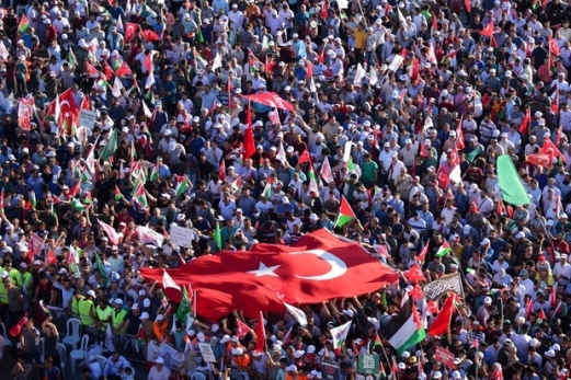 A general view shows protesters waving Turkish and Palestinian flags during a demonstration in Istanbul on July 30, 2017, to protest against measures taken by Israel in Jerusalem and to show solidarity with the Palestinians. Israel had angered Turkey by installing metal detectors and security cameras after a July 14 attack near the Haram al-Sharif holy site in Jerusalem, known to Jews as the Temple Mount, in which gunmen killed two policemen. The move sparked Muslim protests and deadly unrest, and the Israeli government removed the detectors on July 25 as well as the cameras. / AFP PHOTO / YASIN AKGUL